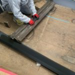 自社倉庫にて屋根材の加工