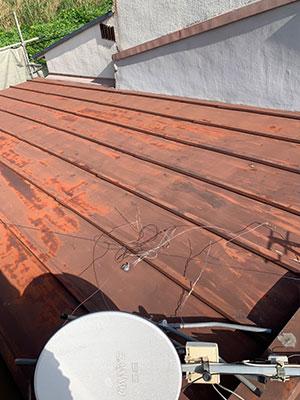 屋根葺き替え工事 施工前の金属屋根