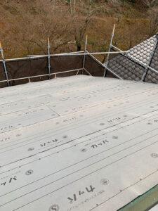 野地板の上からゴムアスルーフィングを施工