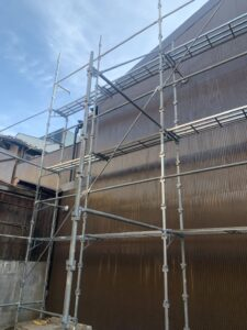 隣家補修工事 波板板金施工の様子