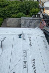 既存屋根の上から新たにルーフィングを敷いていきます