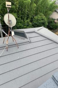 ルーフィングを敷き終えれば、新たな屋根となるスーパーガルテクトを葺いていきます